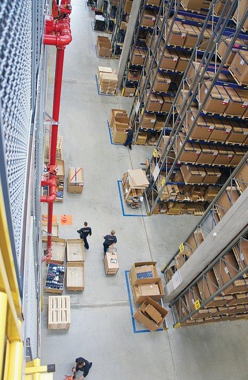 На этот склад в Германии стекаютсявсе автокомпоненты марки MEYLEвне зависимости от местапроизводства. Таким образомгарантируется качество продукции.Кстати, это лишь малая часть склада