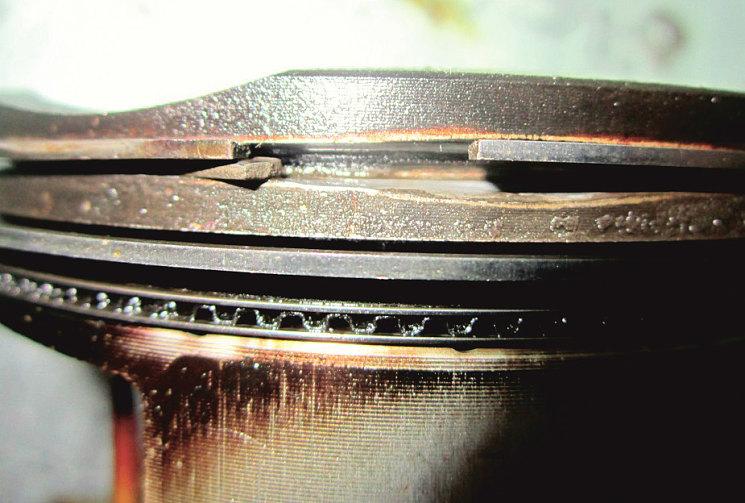 Когда пыль разъела канавку верхнего кольца на поршне, кольцо стало вибрировать и в итоге сломалось