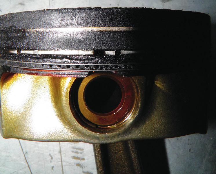 Попытки продолжить поездку на автомобиле с явными признаками неисправности двигателя, поврежденного «хорошим» маслом, привели к разделению хрупкого среднего поршневого кольца сразу на много фрагментов