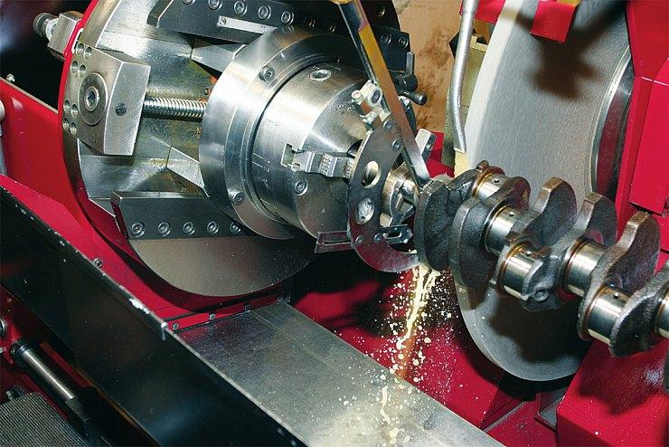 Шлифовка коленчатого вала — операция, для которой требуется высокоточное оборудование и квалифицированный оператор — нажмите, чтобы увеличить
