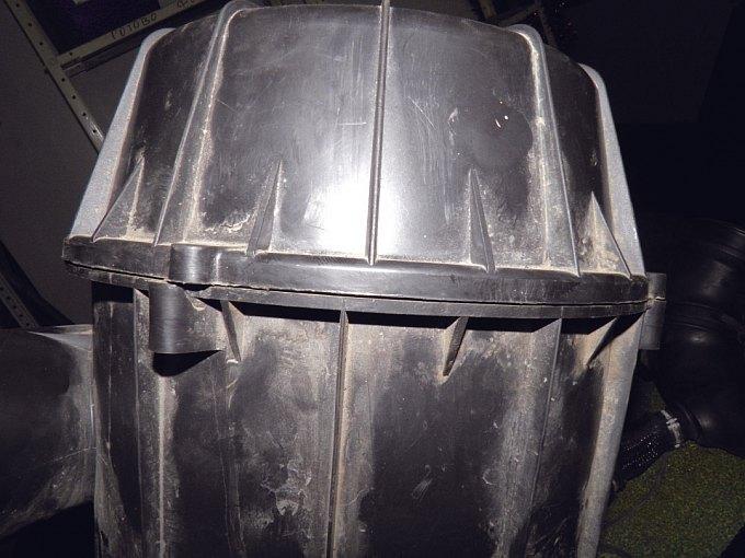 Но стоит накрыть корпус крышкой, как по их стыку видно отсутствие «придавливания» фильтра — нажмите, чтобы увеличить
