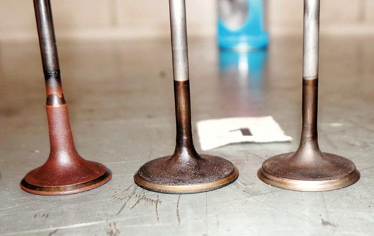 Если выпускной клапан еще мог бы послужить (слева), то у впускных клапан абразивная пыль затерла стержни. А у некоторых так потрудилась над рабочей фаской, что сделала ее кромку острой как бритва (справа)