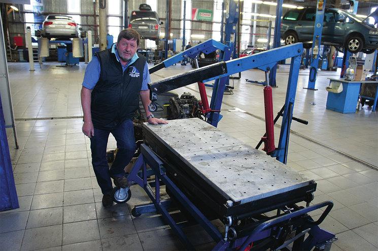Тоже уникальное оборудование – подкатной стенд для демонтажа силового агрегата и его последующего разъединения – двигатель отдельно, коробка отдельно. Это тоже собственная конструкция