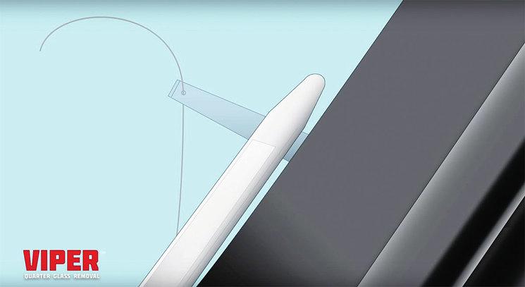 При помощи стека (полезная оснастка из поликарбоната) отводим шило от стекла, чтобы вставить в отверстие шила струну