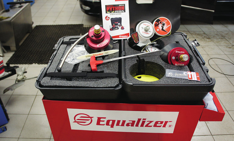 Новый набор Pithon от компании Equalizer для вырезания сте- кол. Режущий инструмент – струна, крепящаяся на особых дис- ках внутри салона. Принцип вырезания – «затягивающаяся петля». Работает с набором один человек