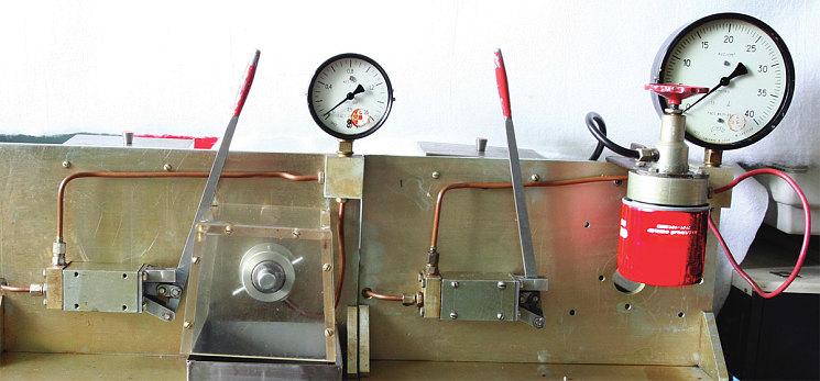 Стенд для проверки перепускного клапана (слева) и испытаний фильтра на предельное давление (справа)