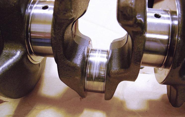Коленчатый вал со следами наволакивания материала вкладыша на поверхность шейки – типичный случай работы двигателя при недостаточном уровне масла
