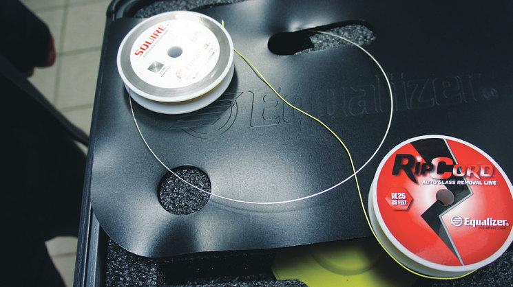 Набор Pithon комплектуется стальными (слева) и полимерными струнами. Вторые бережно относятся к лакокрасочному покрытию рамки и могут использоваться многократно