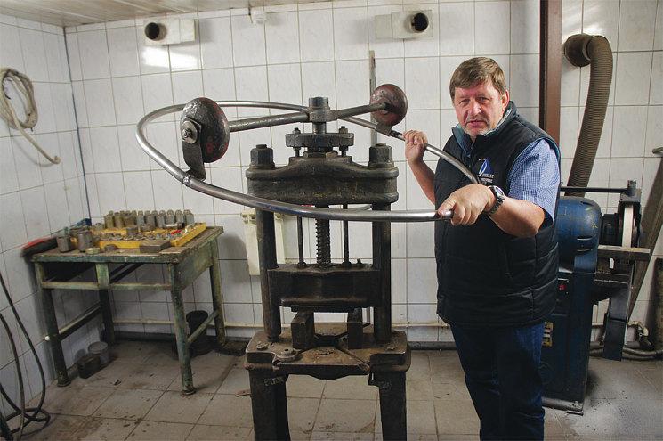 Александр Пахомов демонстрирует раритет – немецкий инерционный пресс, которому лет 80, не меньше. И ведь работает – вручную на нем можно тонко чувствовать запрессовку детали