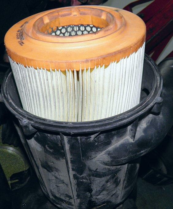Воздушный фильтр в корпусе — обычная картина — нажмите, чтобы увеличить