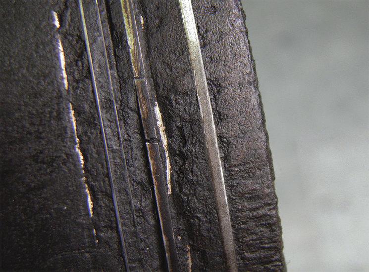 Когда кольцо в канавке «встало» намертво, оно потеряло не только способность уплотнять, но и отводить тепло от поршня. Последующие за этим нагрев и температурное расширение поршня ломают заклиненное в канавке среднее поршневое кольцо из хрупкого серого чугуна