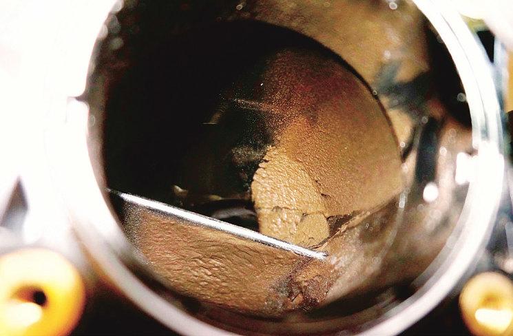 За дроссельной заслонкой во впускном коллекторе – мусорно-пылевая свалка