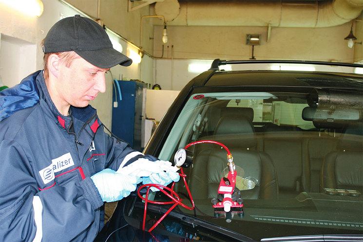 Мастер работает с инжектором, трещина заполняется полимером