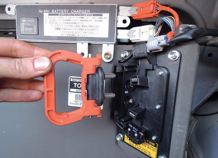 Замена кабеля аккумуляторной батареи приус Устранение течи раздатки, замена сальников каптива