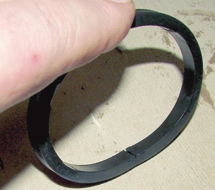 А вот и мнимый «виновник происшествия» – надорванное уплотнительное кольцо масляного фильтра