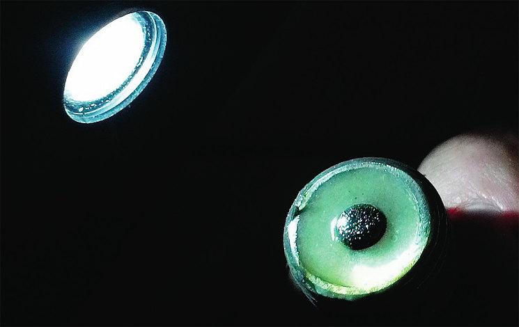 Нагревая частицы на датчике и используя увеличительное стекло, можно распознать тип износа