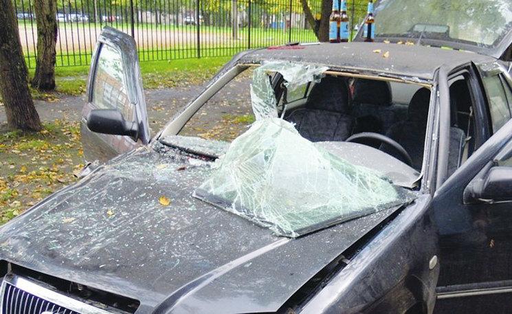 Стекло вклеено с нарушением технологии. Подушка безопасности сорвала левый край стекла с рамки. Что стало с водителем?